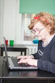žena, psaní na klávesnici notebooku — Stock fotografie
