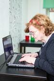 ώριμη γυναίκα πληκτρολογώντας — Φωτογραφία Αρχείου