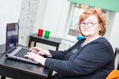 Mujer sentada con el ordenador portátil — Foto de Stock