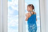 Gökyüzüne bakarak kız — Stok fotoğraf