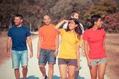Grupp vänner gå utanför — Stockfoto