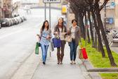 Tres hermosas mujeres jóvenes haciendo compras — Foto de Stock