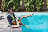 Drôle jeune entrepreneur avec swimmingtrunks à côté de la piscine — Photo