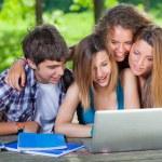 Groupe d'étudiants chez les adolescentes au parc avec ordinateur et livres — Photo