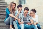 Grupo de amigos com tablet pc — Foto Stock