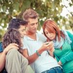gruppo di amici adolescenti con cellulare — Foto Stock