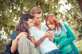 Teenage Freundesgruppe mit Handy — Stockfoto