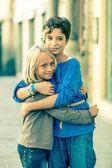 Kleine Jungen und Mädchen umarmte — Stockfoto