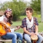 Groupe de hippie jouant de la musique et la danse à l'extérieur — Photo