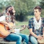 hippie grupp spelar musik och dans utanför — Stockfoto