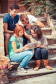 Teenage freundesgruppe mit tabletpc — Stockfoto