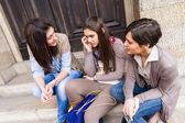 Gruppe von frauen reden auf handy — Stockfoto