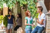 Skupina teenagerů mimo — Stock fotografie