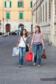 Couple de femmes avec des sacs à provisions — Photo