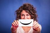 Jovem mulher com emoticon smiley — Foto Stock