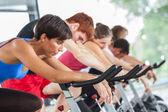Grupo de ciclismo en el gimnasio — Foto de Stock