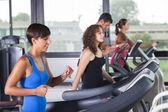 Spor salonunda koşu bandı üzerinde çalışan — Stok fotoğraf