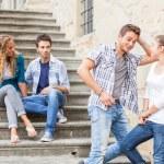 ung man flirta med en tjej — Stockfoto