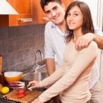 mutlu genç çift mutfak — Stok fotoğraf