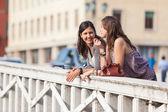 Twee vrouwen praten in de stad — Stockfoto