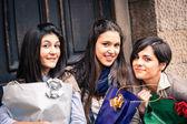 Heureux jeunes femmes après le shopping — Photo
