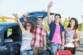 Czterech przyjaciół gotowy wyjechać na wakacje — Zdjęcie stockowe