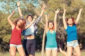 Grupp tonåringar hoppar på park — Stockfoto