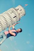 Joven posando con la torre inclinada de pisa — Foto de Stock