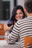 Junges liebespaar im restaurant — Stockfoto