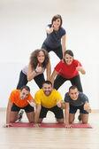 Mänsklig pyramid och tummen upp — Stockfoto