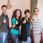 turisti felici con il pollice in alto — Foto Stock