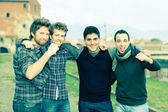 Felice gruppo di ragazzi fuori — Foto Stock