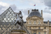 Musee du Louvre with the Pyramid — Stock Photo