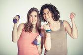 Duas mulheres com pesos leves no ginásio — Fotografia Stock