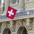 Bundeshaus Facade with Swiss Flag in Bern, Switzerland — Foto de Stock