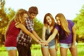 Grupo de adolescentes com as mãos na pilha — Foto Stock