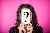 Twijfelachtig vrouw bedrijf vraagteken — Stockfoto