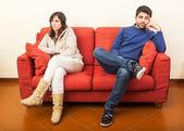 Młoda para na kanapie po kłótni — Zdjęcie stockowe