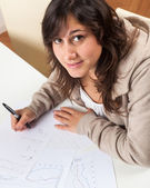 Chica joven estudiar en casa — Foto de Stock