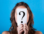 Mujer escondida detrás de un signo de interrogación — Foto de Stock