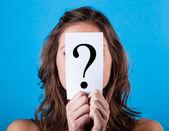 žena schovává za otazníkem — Stock fotografie