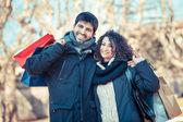 快乐年轻夫妇带着购物袋 — 图库照片