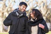 Casal feliz jovens fora, Dia dos Namorados — Fotografia Stock
