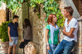 Grupp tonåringar utanför — Stockfoto