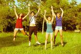 Skupina teenagerů skákání v parku — Stock fotografie
