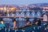 Prag alacakaranlıkta doğum vltava köprü görünümü — Stok fotoğraf