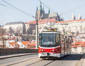 Prag kalesi içinde geçmiş olan tramvay — Stok fotoğraf