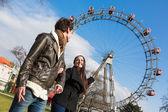 Mladý pár v zábavním parku v wien — Stock fotografie