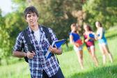 Skupina nezletilých studentů v parku — Stock fotografie