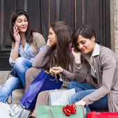 Mobil telefonda konuşurken kadın grubu — Stok fotoğraf